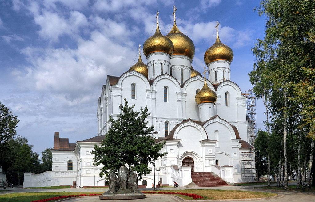 Успенский_собор_в_Ярославле,_общий_вид.jpg